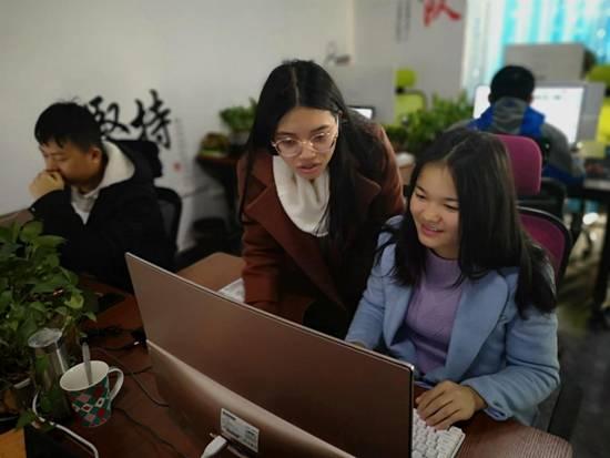 峰程7080WEB前端组长耐心指导新进职员工作